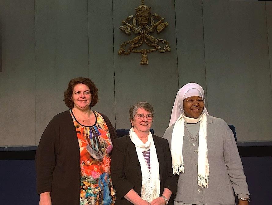 RENATE contra la trata. En la Sala de prensa del Vaticano, la Sra. Ivonn Vandekar, sor Imelda Poolew y Sor Mónica Chikwe (FotoZENIT-cc)