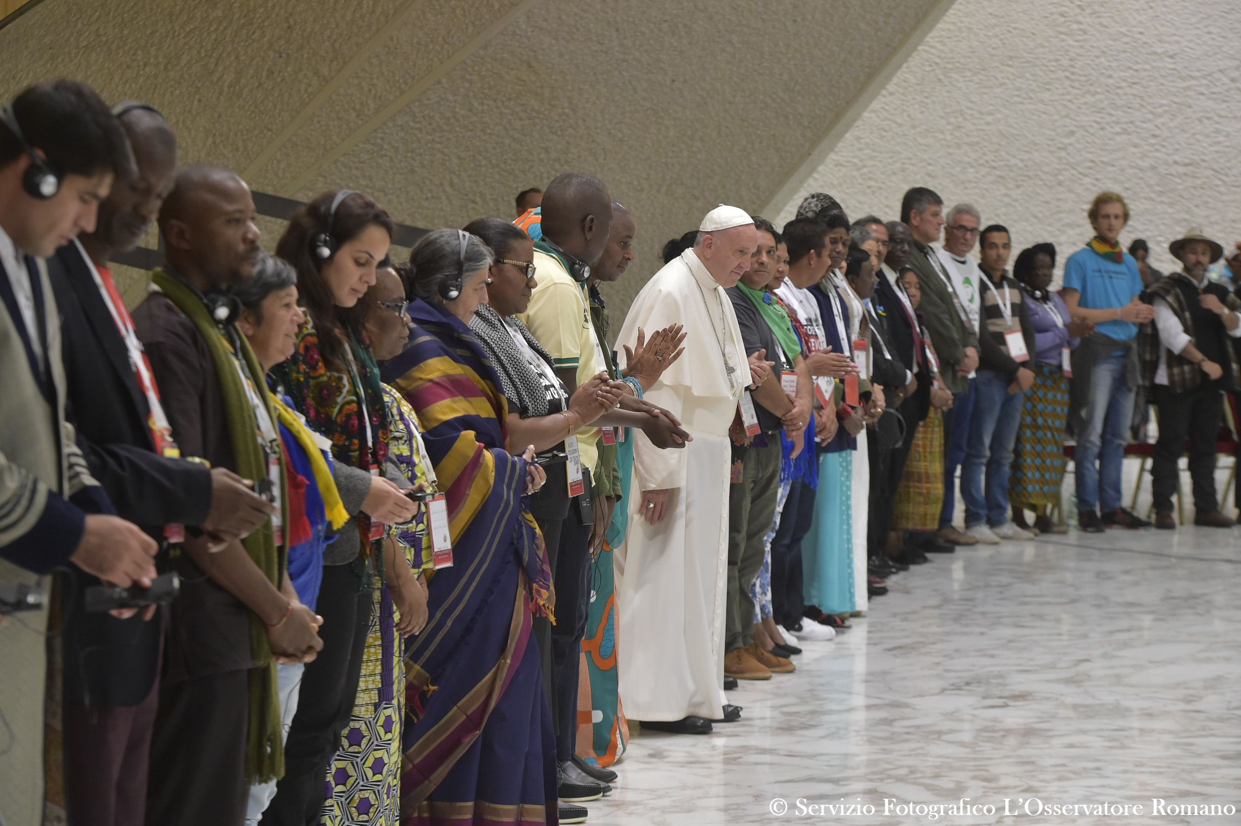 El Papa con los Movimientos populares (Foto Osservatore © Romano)