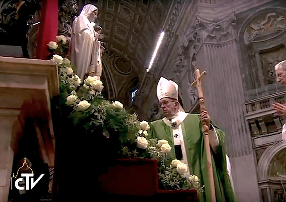 El Papa Francisco en el Jubileo de los presos reza ante la Virgen de la Merced (CTV ©)
