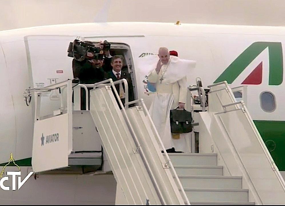 El airbus que lleva al Papa regresa a Roma