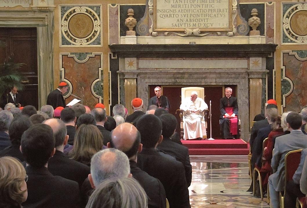 El Papa escucha al cardenal Koch antes de entregar el premio Ratzinger (Fto. Redzioch-Wlodzimierz-cc)