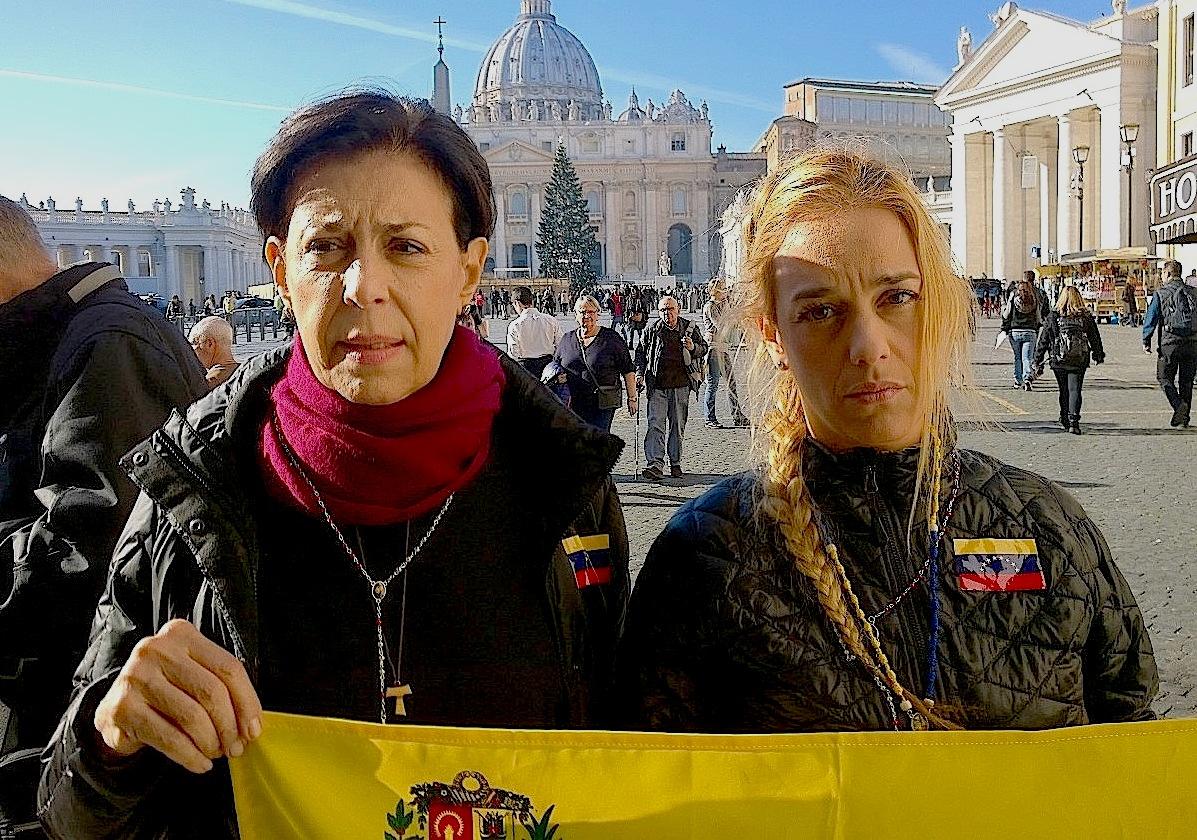 Antonieta López, madre de Leopoldo, y su esposa (Foto ZENIT cc)