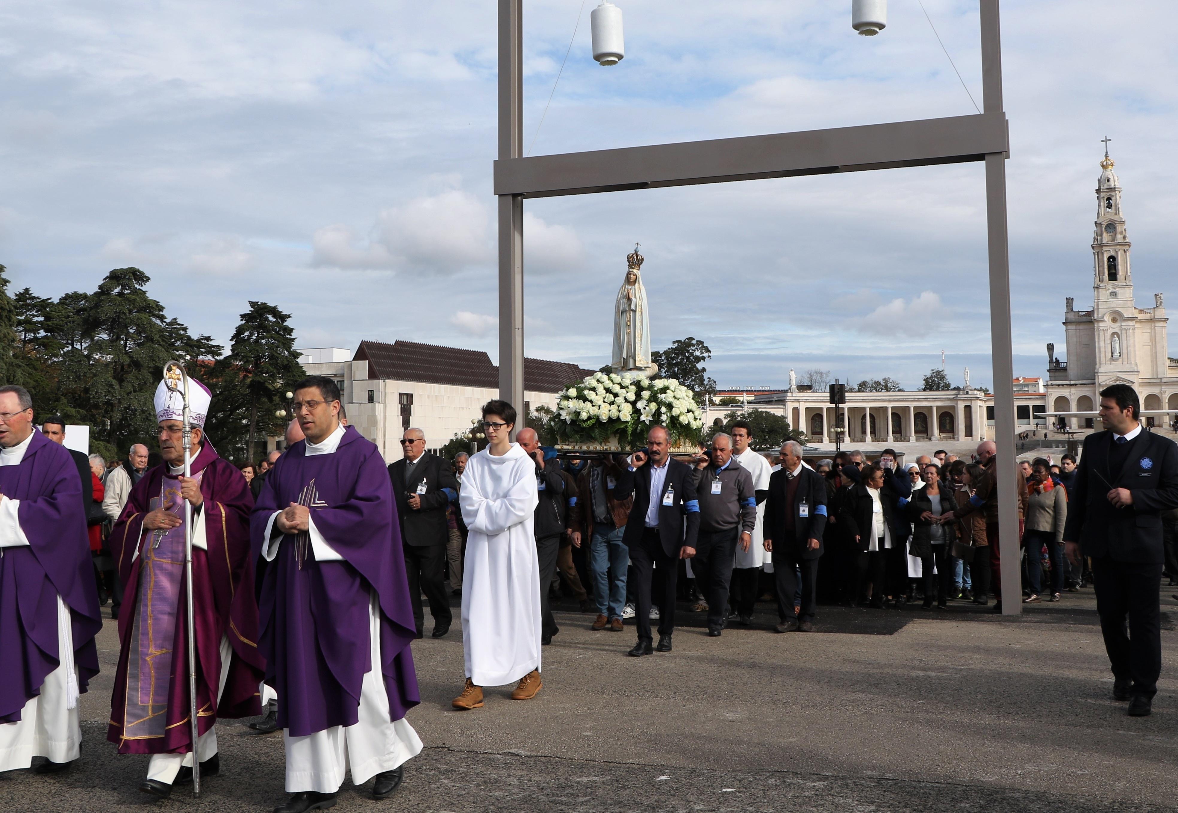 La procesión de la imagen de María pasa por el portal, abriendo el año jubilarLa procesión de la imagen de María pasa por el portal, abriendo el año jubilar