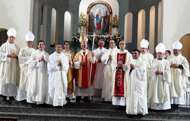 El Cardenal JORGE UROSA SAVINO impone sus manos y consagra a siete nuevos sacerdotes de Caracas - (FOTO Ramón Antonio Pérez)
