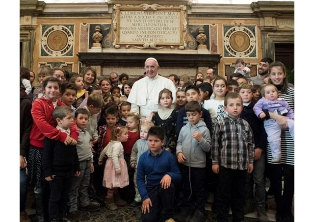 Francisco en la Sala Clementina con la comunidad de Nomadelfia (Foto Facebook de la comunidad)
