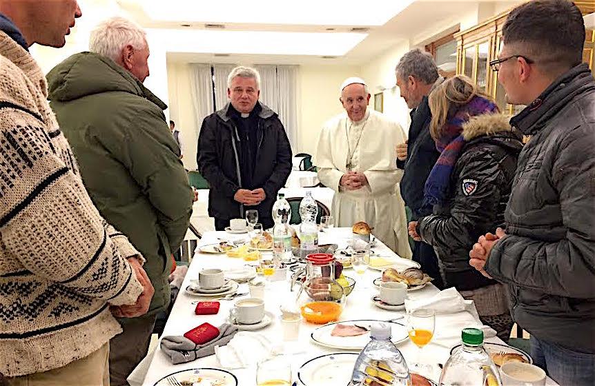 El Papa desayuna en su cumpleaños con seis 'sin hogar' (Osservatore © Romano)