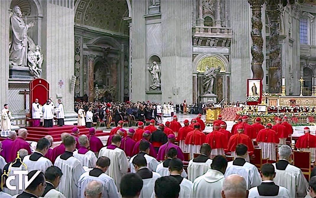 El Te Deum en la basílica de San Pedro. Al lado del altar el cuadro de Nuestra Señora del Milagro