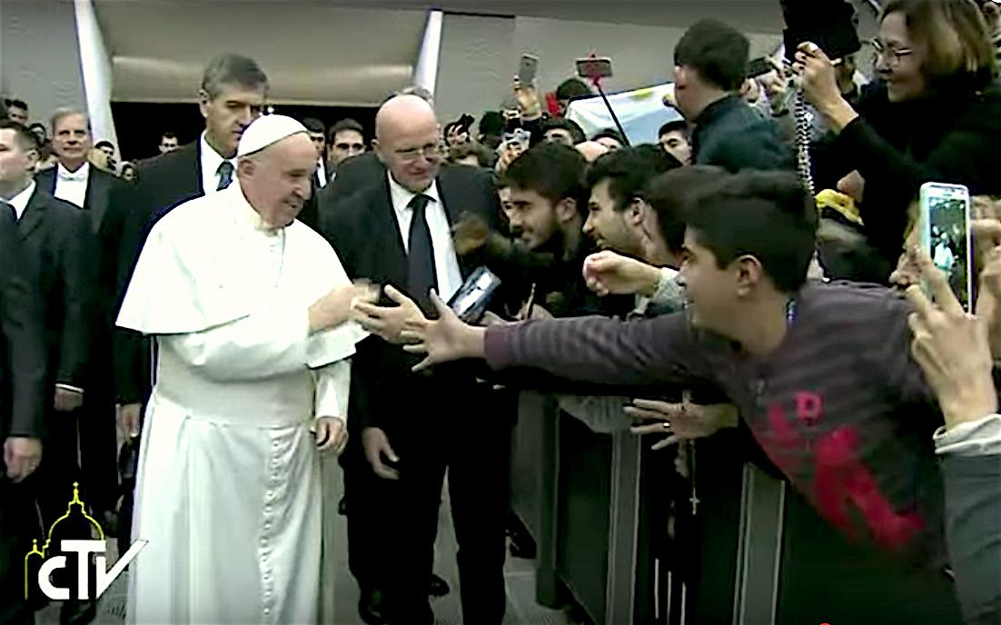 El Papa ingresa al aula Pablo VI