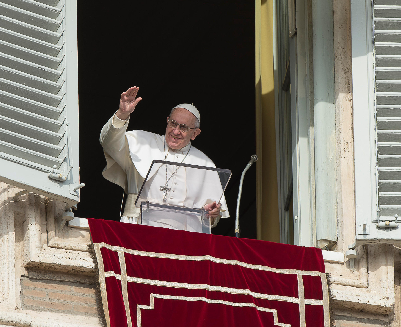 El Papa Francisco saluda en el balcón del Palacio Apostólico © Osservatore Romano