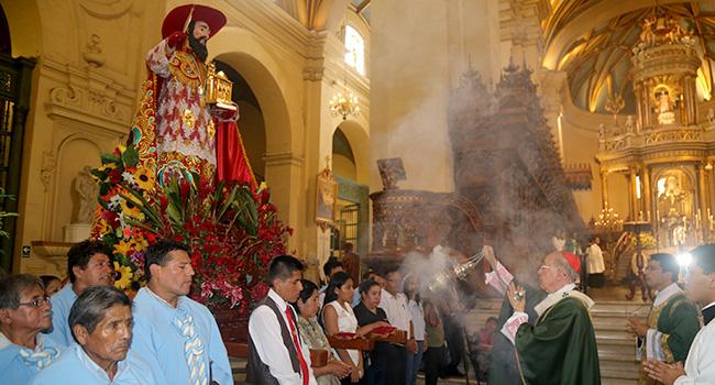 Inciensación durante la misa en la catedral de Lima (Fto. Arz. Lima)