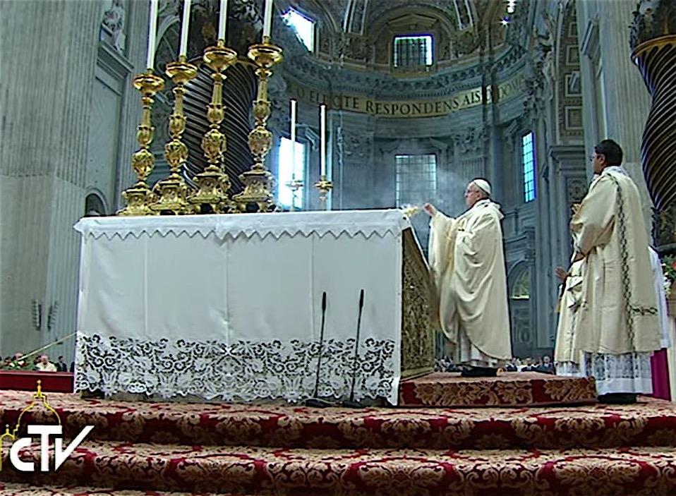 El Papa inciensa el altar de la Confesión (Foto archivo)