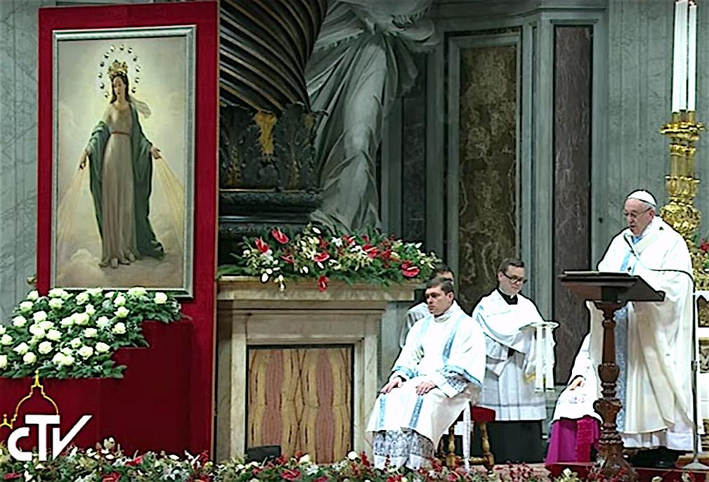 La imagen de Nuestra Señora de las Gracias al costado del altar
