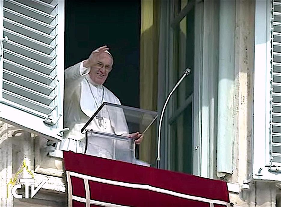 El Papa Francisco saluda en el balcón del Palacio Apostólico