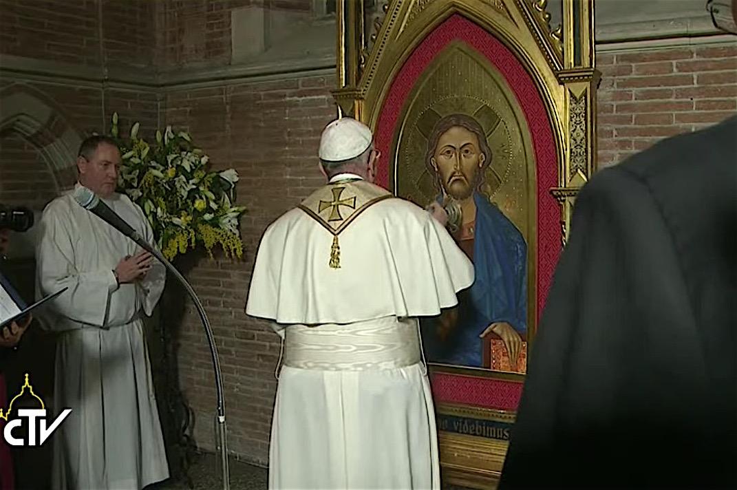 El Papa bendice el ícono de Jesús