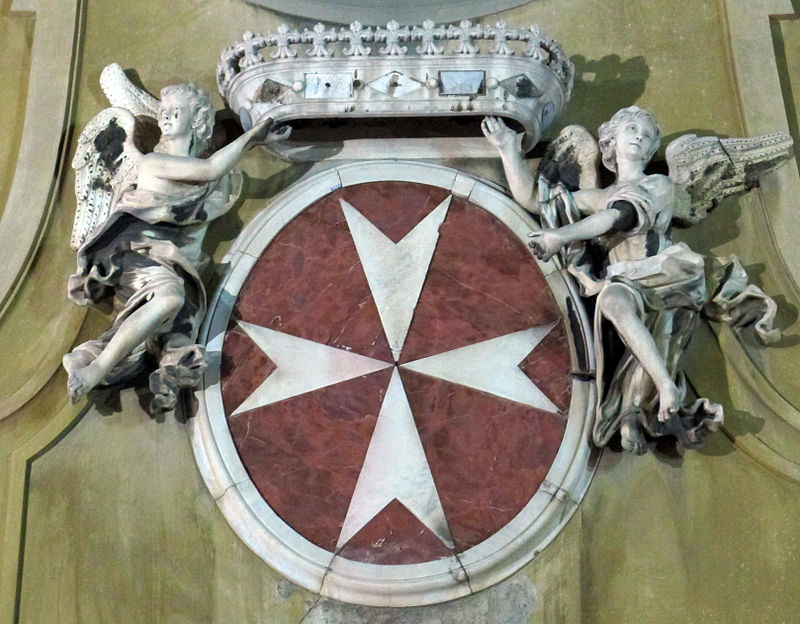 Escudo de la Orden en la iglesia de San Giovannino dei Cavalieri, en Florencia. (Foto Saiko, Wikicommons)