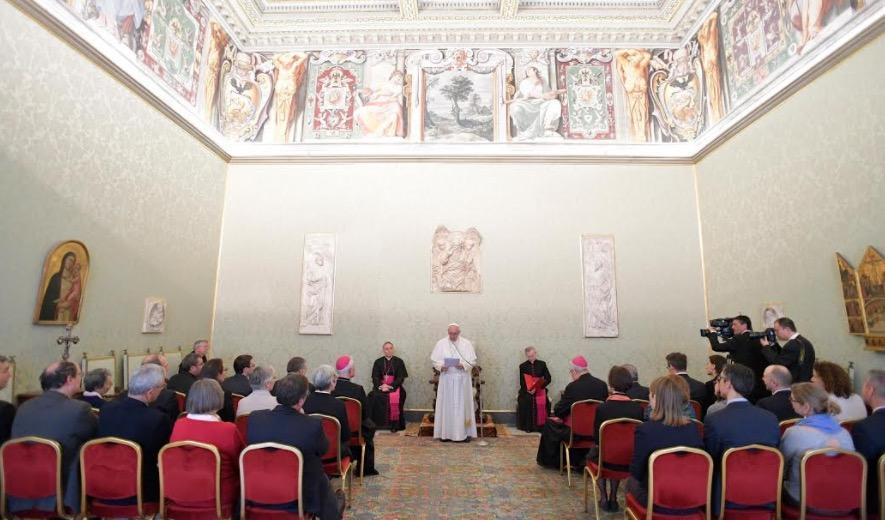 Francisco recibe a la DCC en la Sala de los Papas (Fto- Osservatore © Romano)