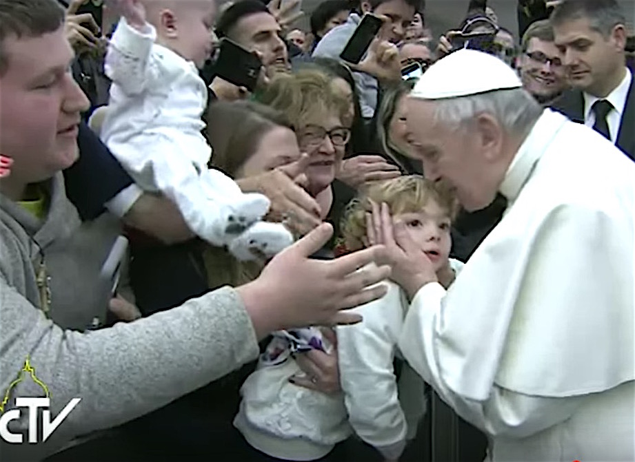 El Papa ingresa en el Aula Pablo VI en donde es recibido con gran entusiasmo