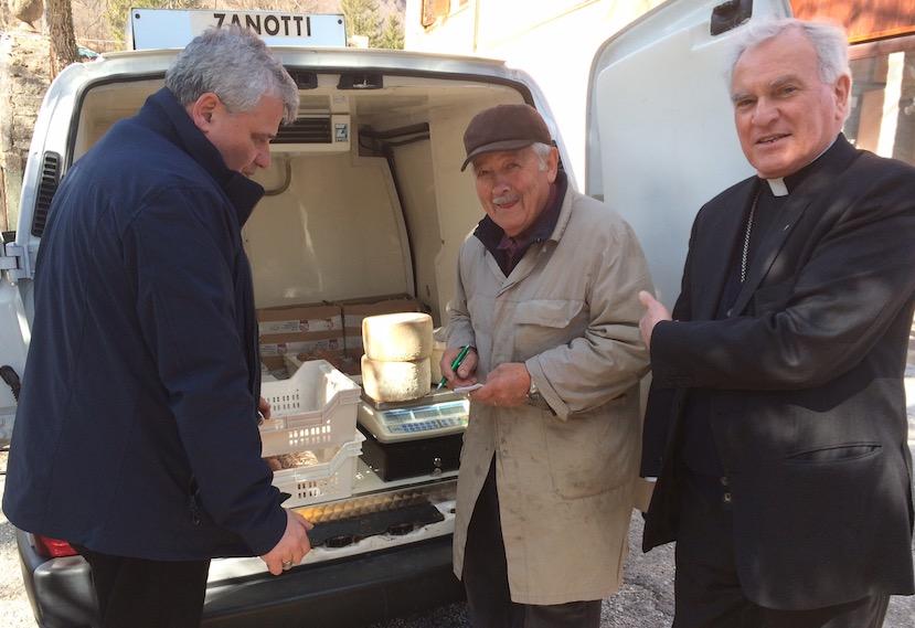 La lismosnería apostólica comprando a un agricultor de la zona del terremoto (Fto. Osservatore © Romano)
