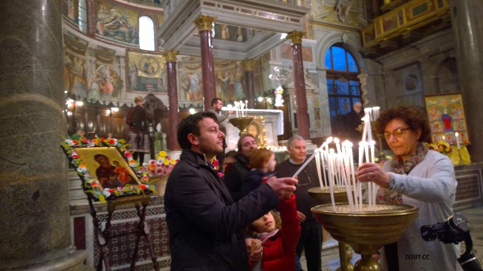 Las velas por los sin techo en Sta María in Trastevere (Fto. ZENITcc)