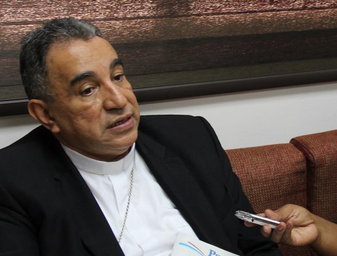 Mons. Ulloa concede la entrevista a José António Varela