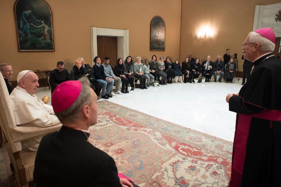 Papa con parientes de las víctimas del atentado de Dacca (Fto Osservatore © Romano).