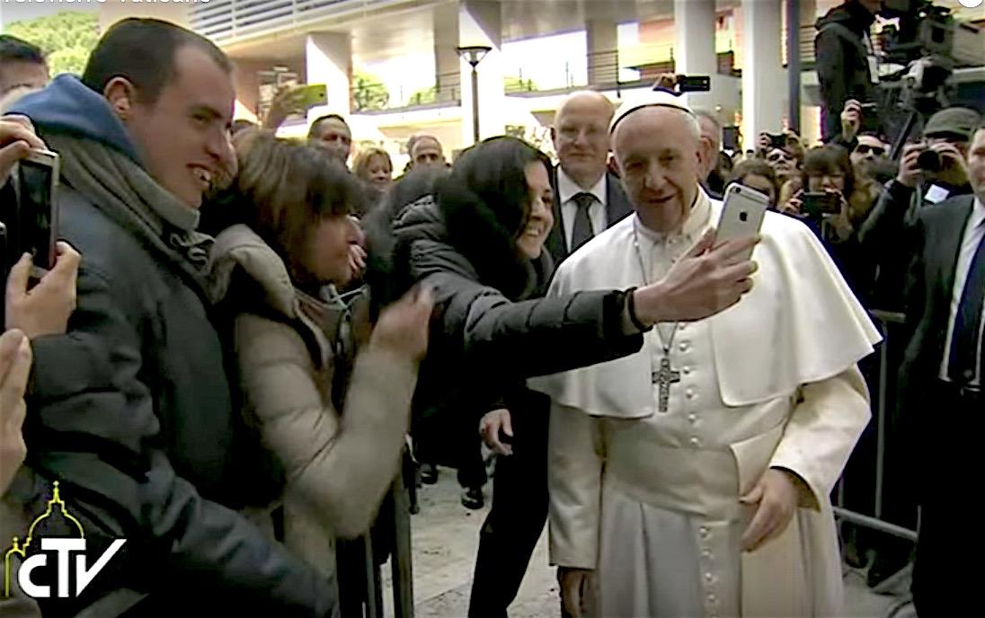 El Papa permite que algunos estudiantes se hagan un 'selfie' con él
