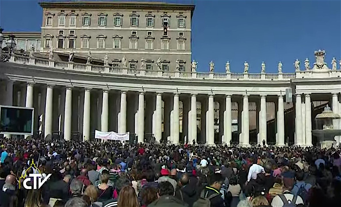 La plaza llena en el ángelus del 26 de febrero de 2017