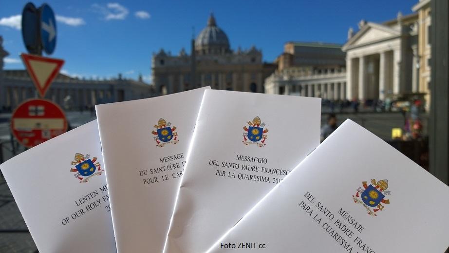 En mensaje del Papa para la cuaresma de 2017 en diversos idiomas (Foto ZENIT cc)