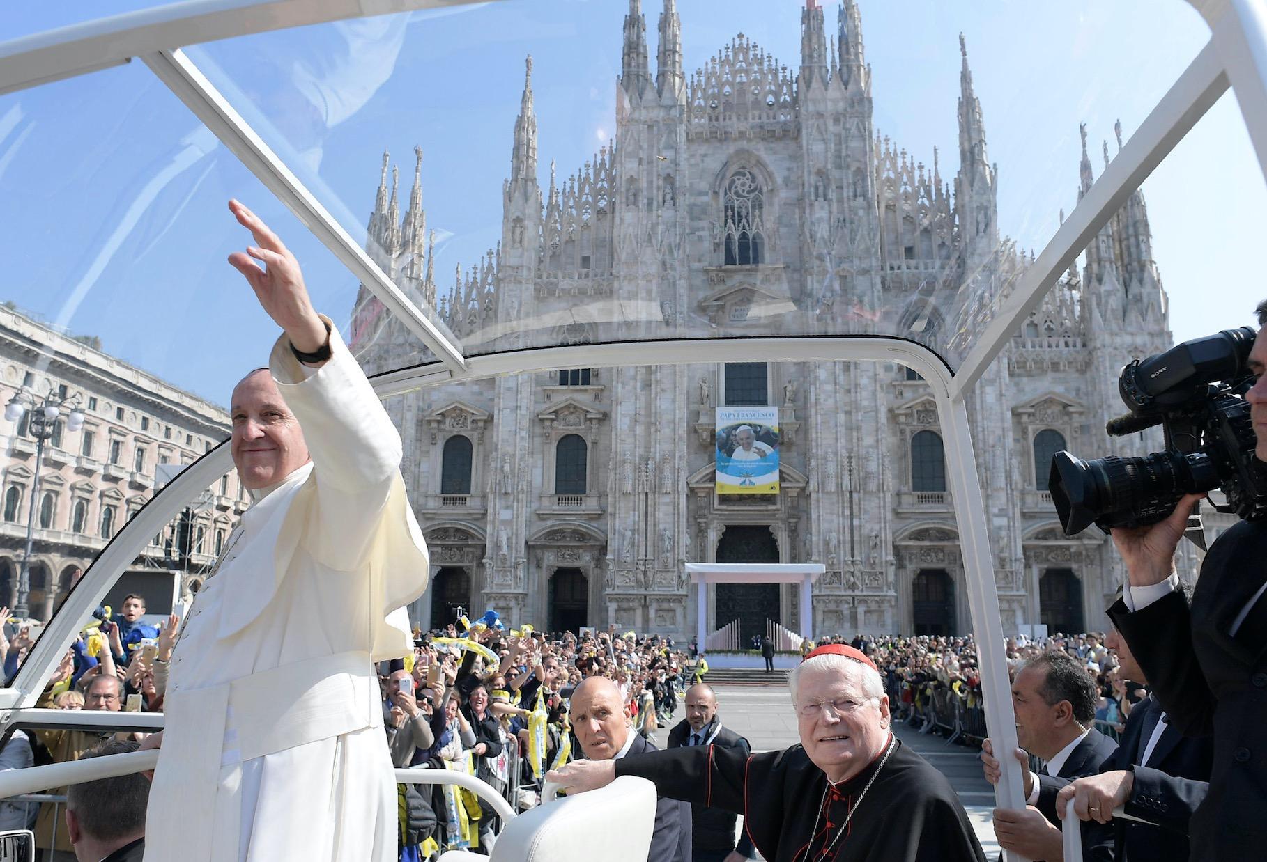 El Papa delante del Duomo de MIlán (Foto @ Osservatore Romano).