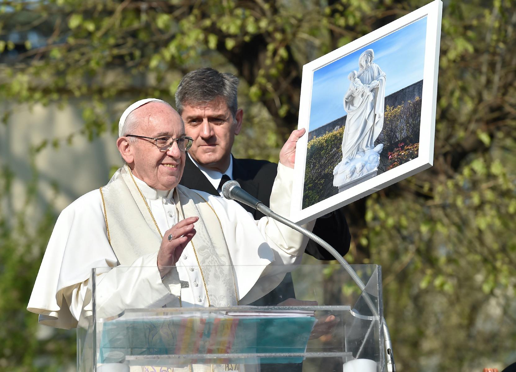 El Papa en Milán en la periferia 'Case Bianche' (Fto. Osservatore © Romano)