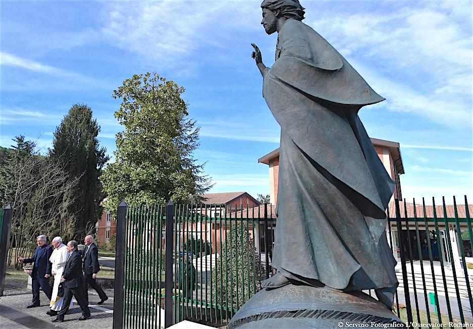 El Papa sale de la casa de retiros Divin Maestro (Foto Osservatore © Romano)