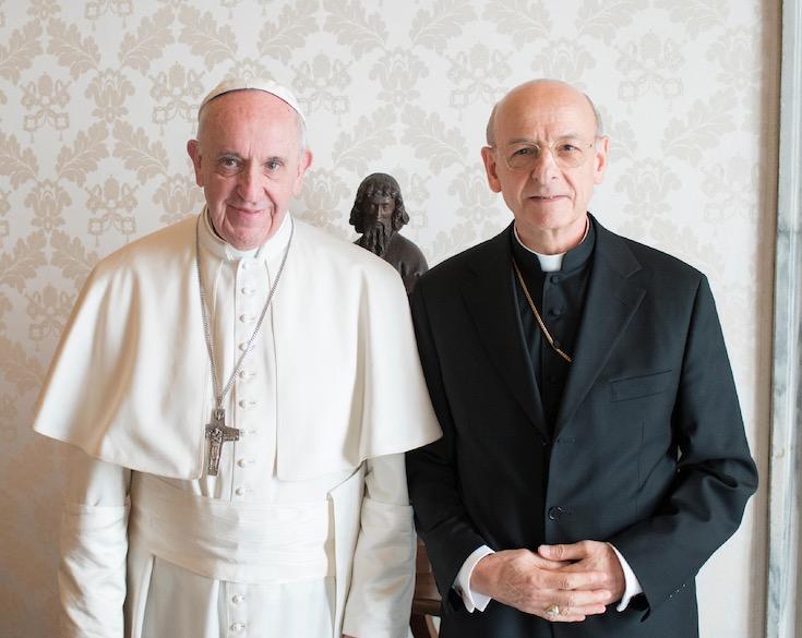 El Papa con Mons. Ocáriz al concluir la audiencia (Osservatore @ Romano)