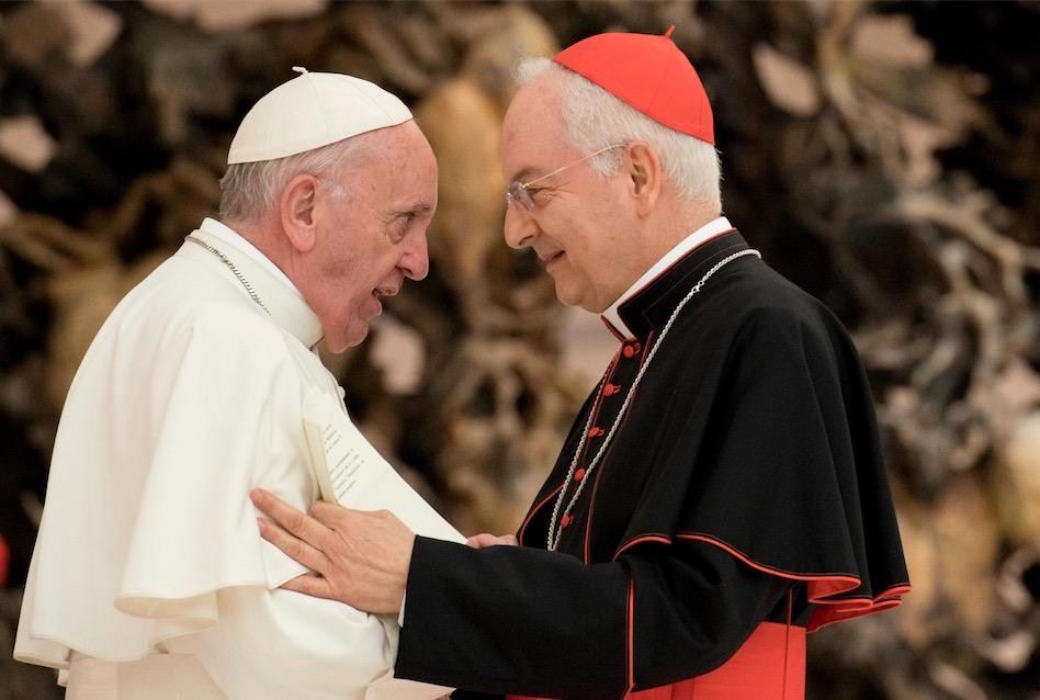 El Papa saluda a Mons. Piacenza (Fto. Osservatore © Romano)