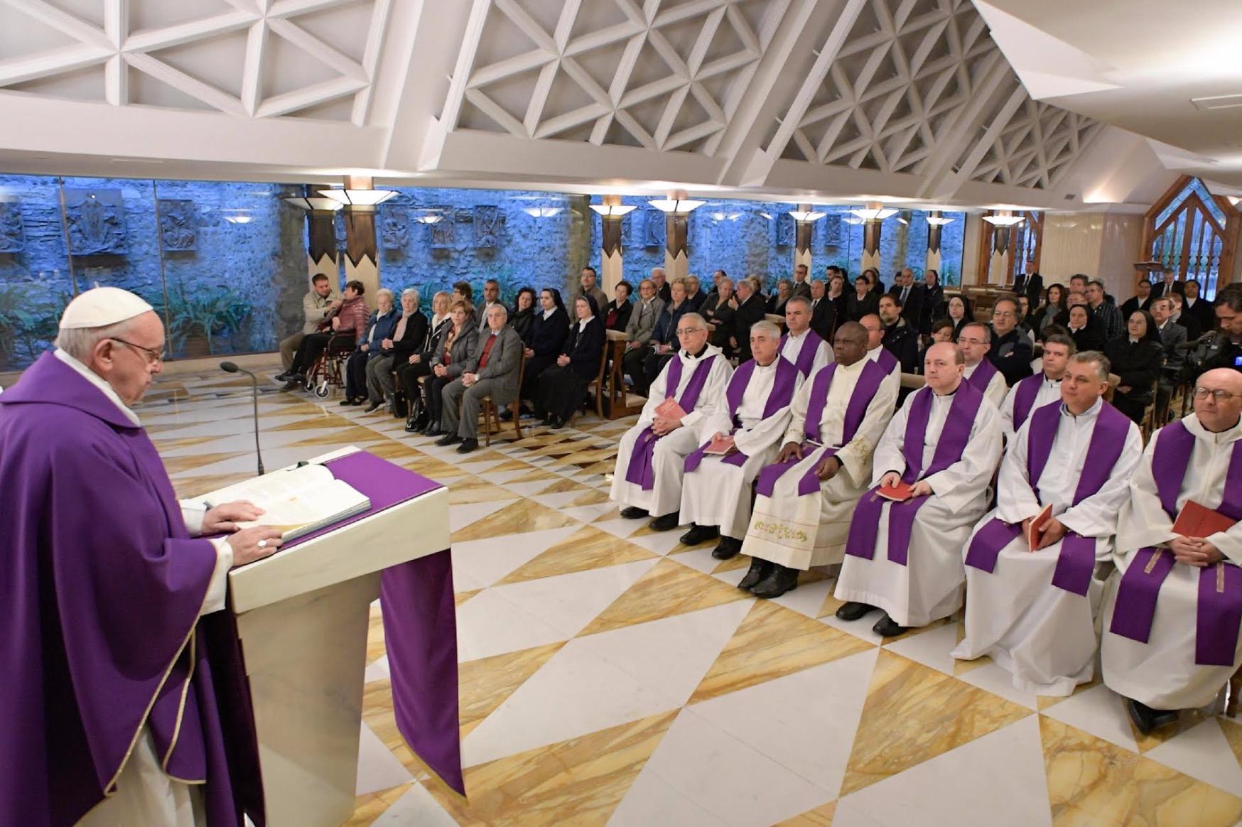 El papa celebra en la capilla de la residencia Santa Marta (Fto. Osservatore © Romano) 3