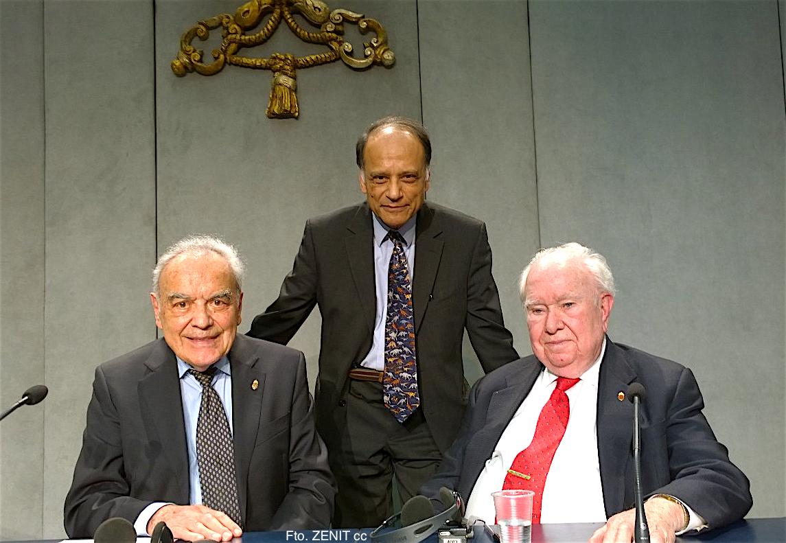 Werner Arber, premio Nobel de medicina y presidente de la Pontificia Academia de las Ciencias, y dos académicos de la misma- Peter Hamilton Raven y Partha Sarathi Dasgupta, durante la presentación