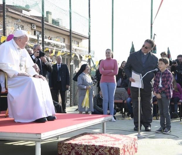 En la parroquia romana de Santa Magdalena el Papa responde a un niño (Foto © Osservatore Romano)