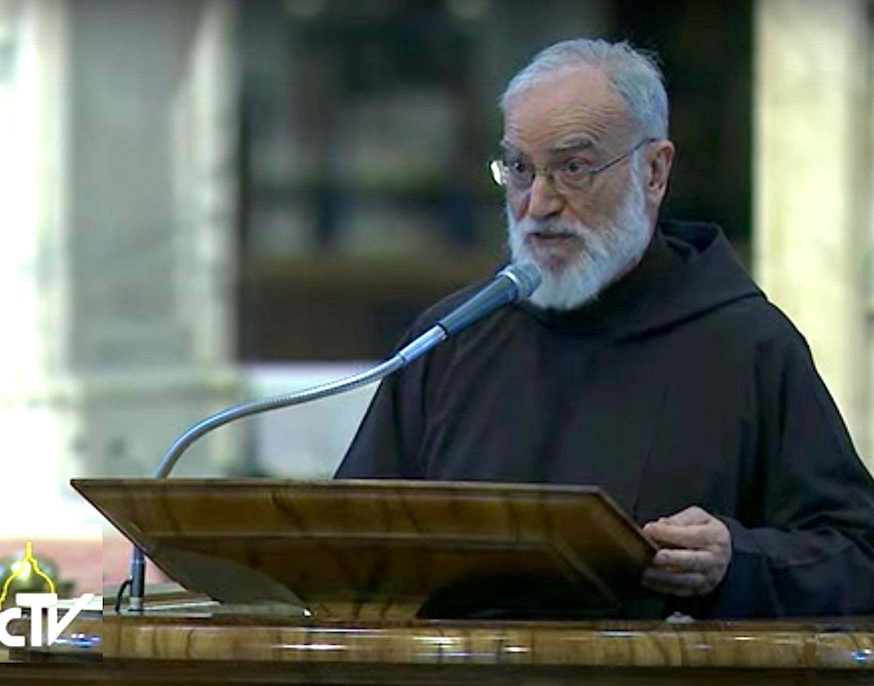 El capuchino Raniero Cantalamessa, en la predicación del Viernes Santo en la basílica de san Pedro, delante del papa Francisco