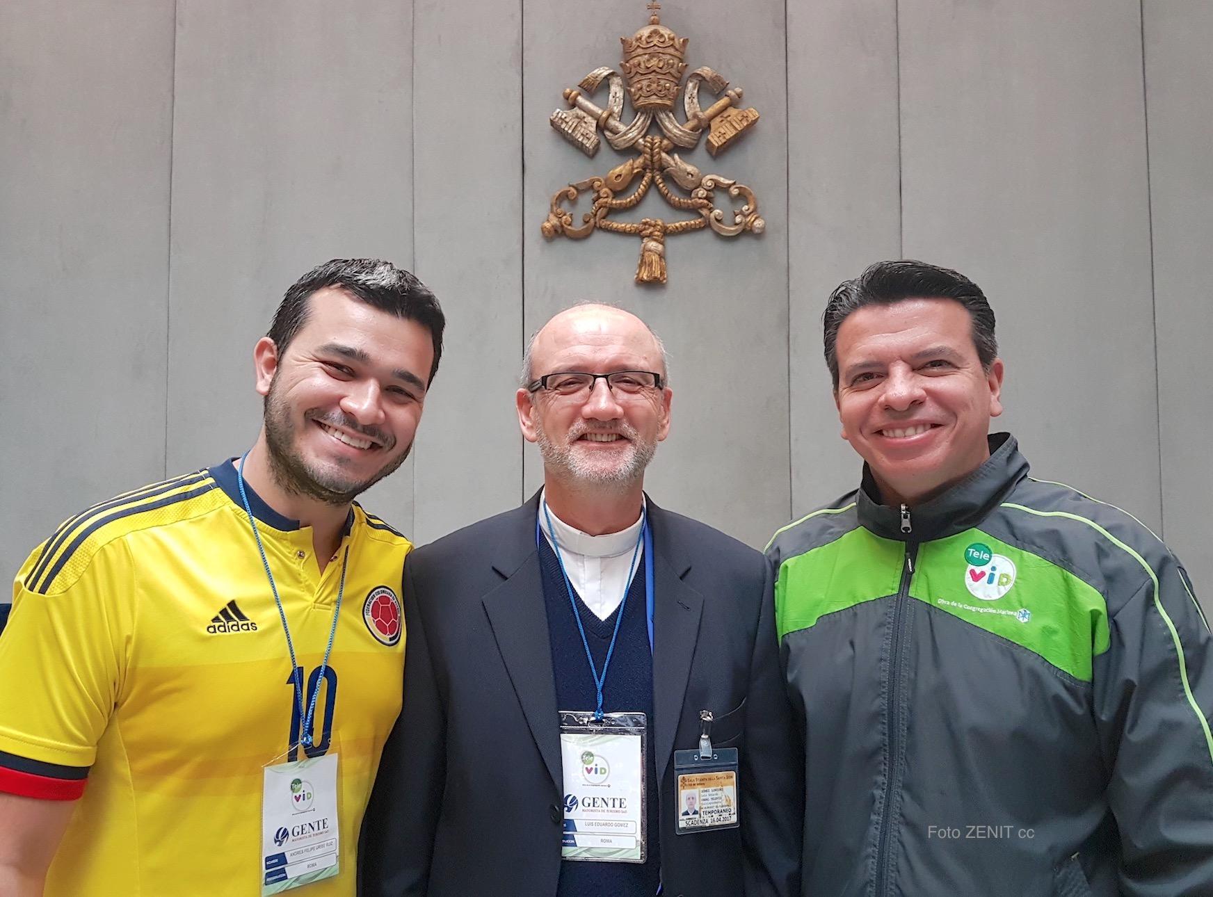 Delegación de Televid, el padre Luis Gomez, el productor Cesar Giraldo, y el joven Andrés Uribe Ruiz