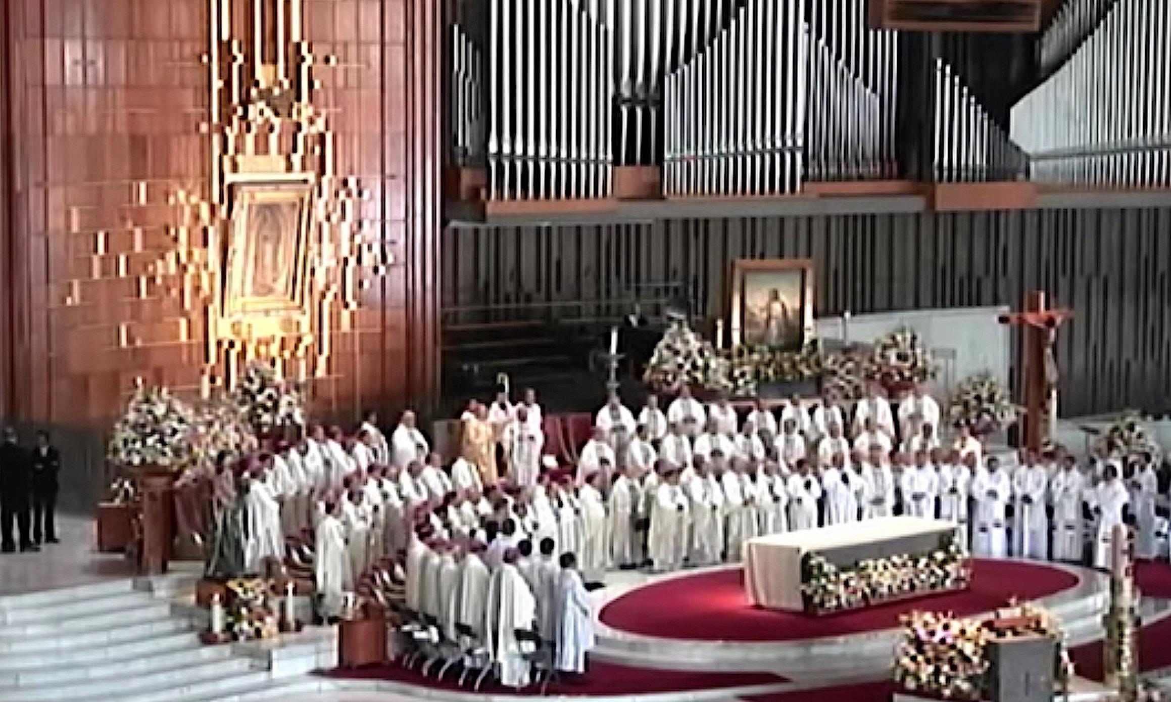 El card. Suárez Inda lee el mensaje del Papa durante la misa en la basílica de Guadalupe (Frame vide UNPF)