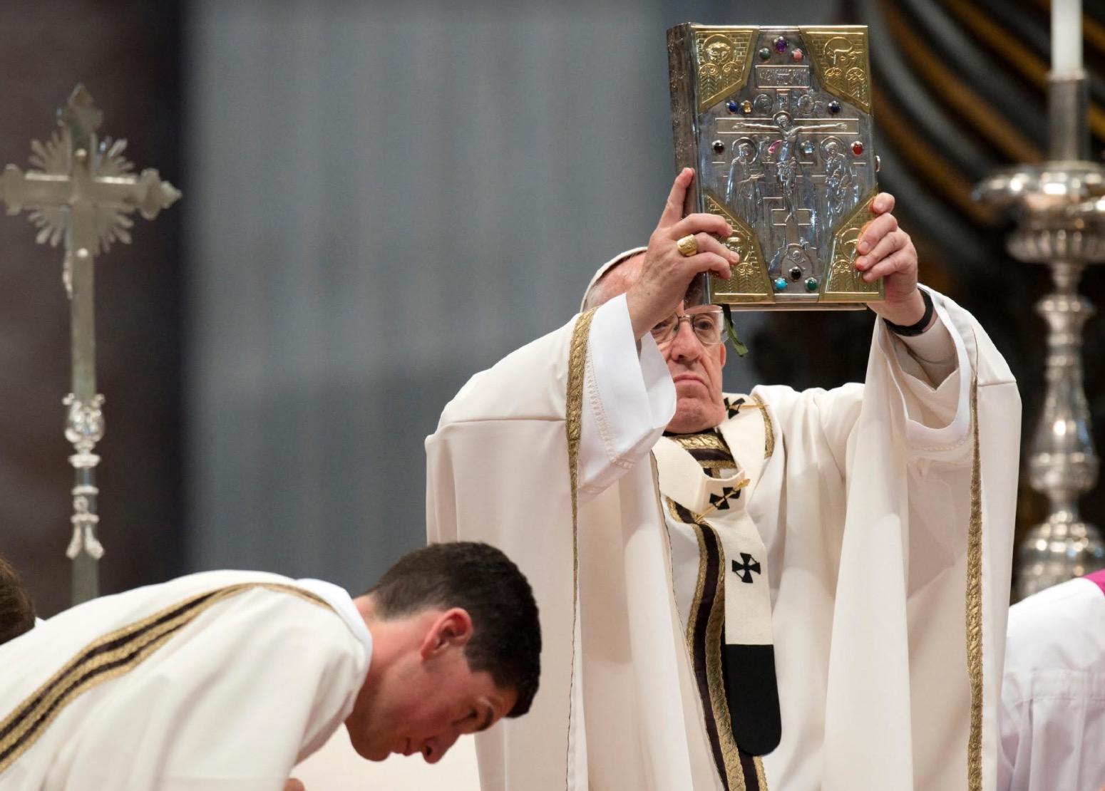 El Papa bendice con las Sagradas Escrituras durante la misa crismal 2017 (Osservatore © Romano)