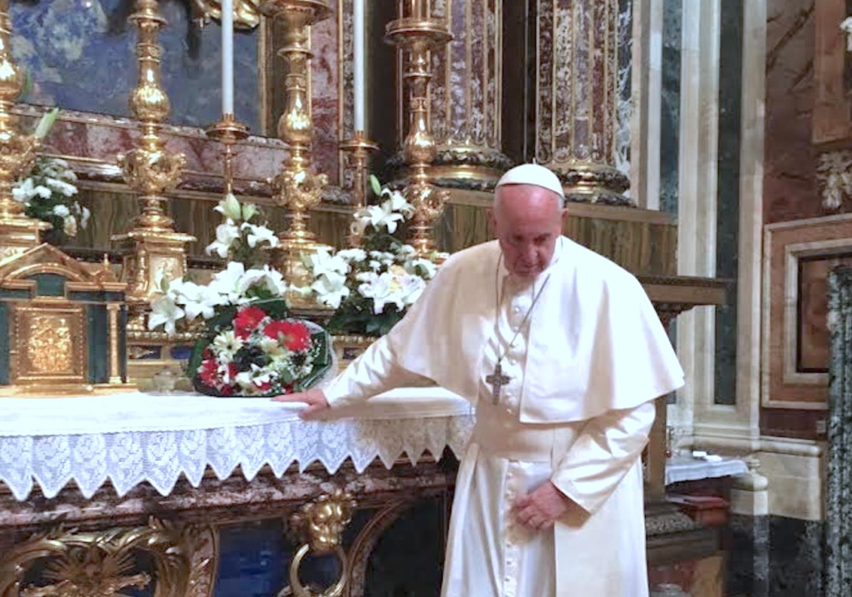 En el altar de Maria Salus Populi Romani, después de rezar y dejar un ramo de flores. (Foto archivo)