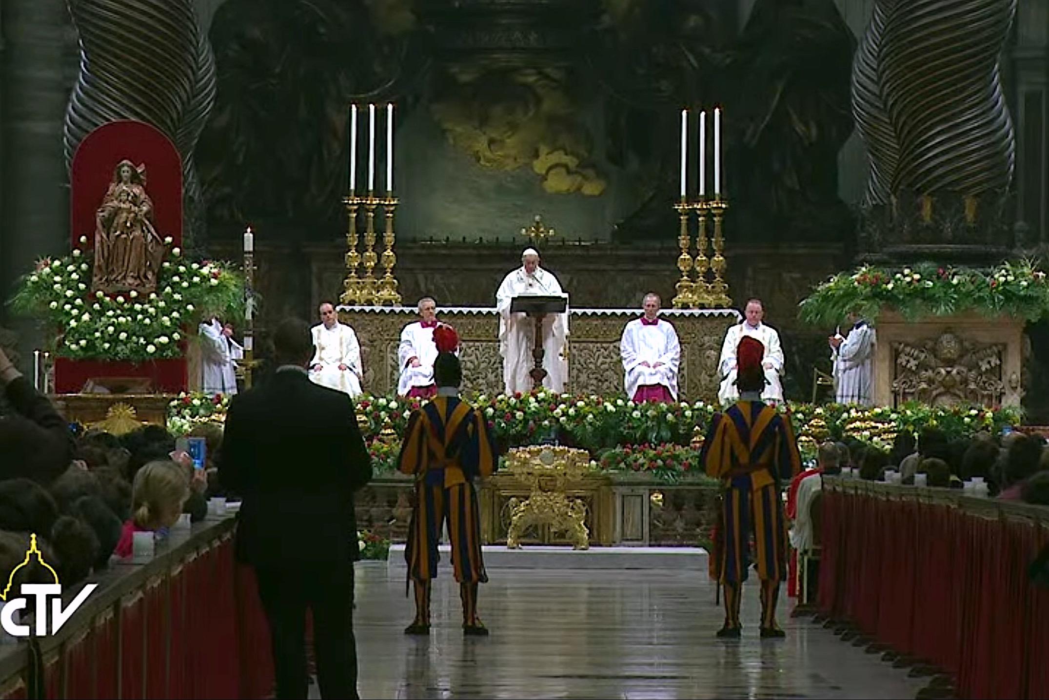 El Santo Padre en la basílica de San Pedro en la Vigilia Pascual