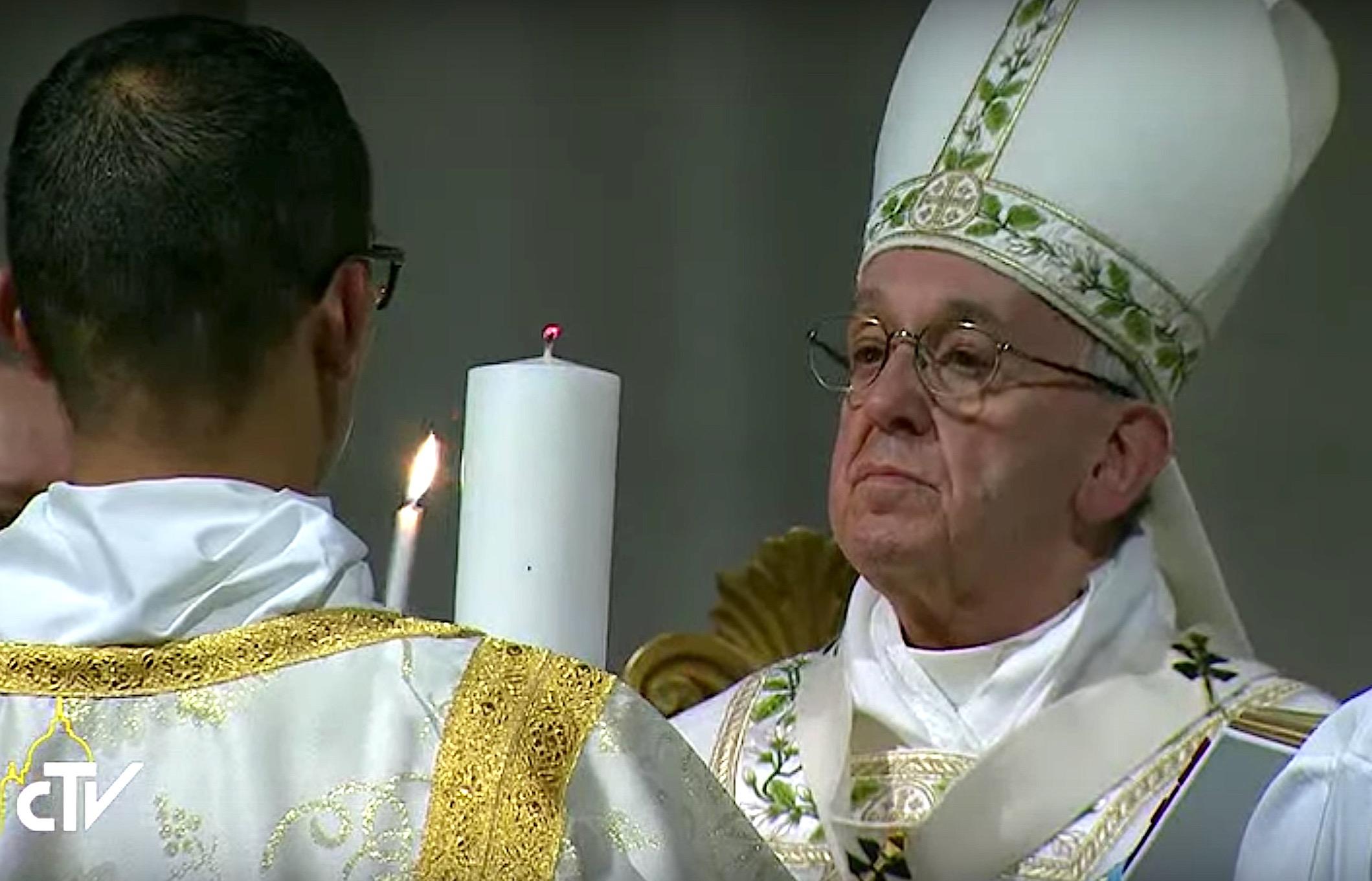 Ceremonia del Lucernario al inicio de la Vigilia Pascual