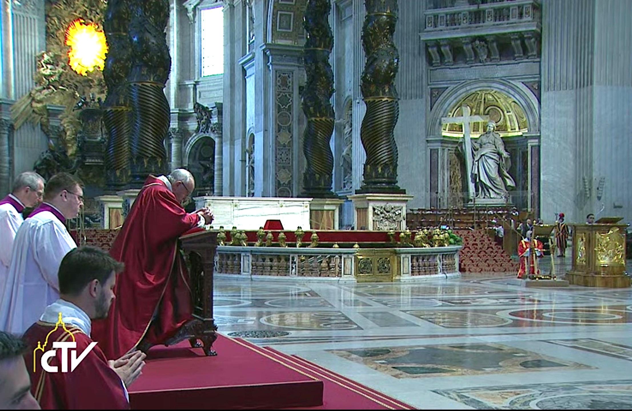 El Papa rezando en la basílica de San Pedro. Archivo Zenit