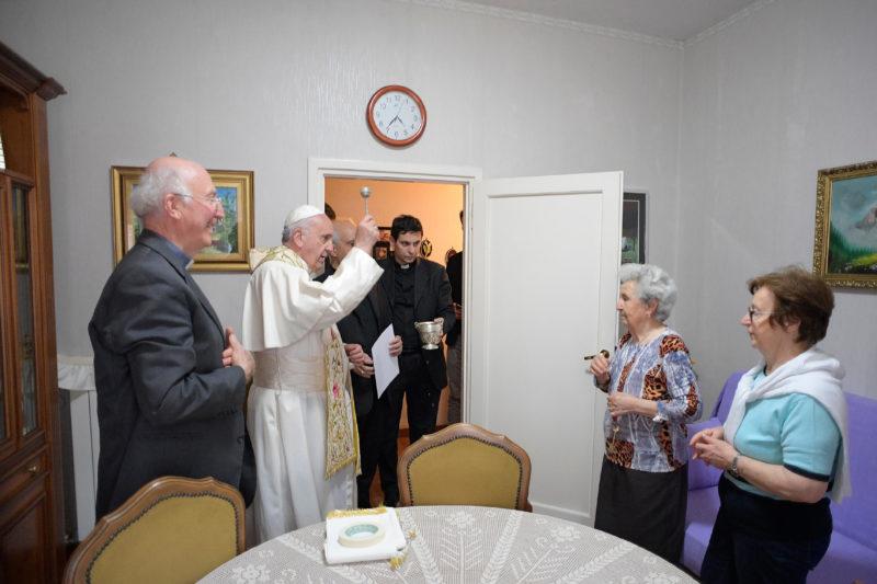 El Papa bendice la casa de los parroquianos en la ciudad de Ostia (Osservatore © Romano)
