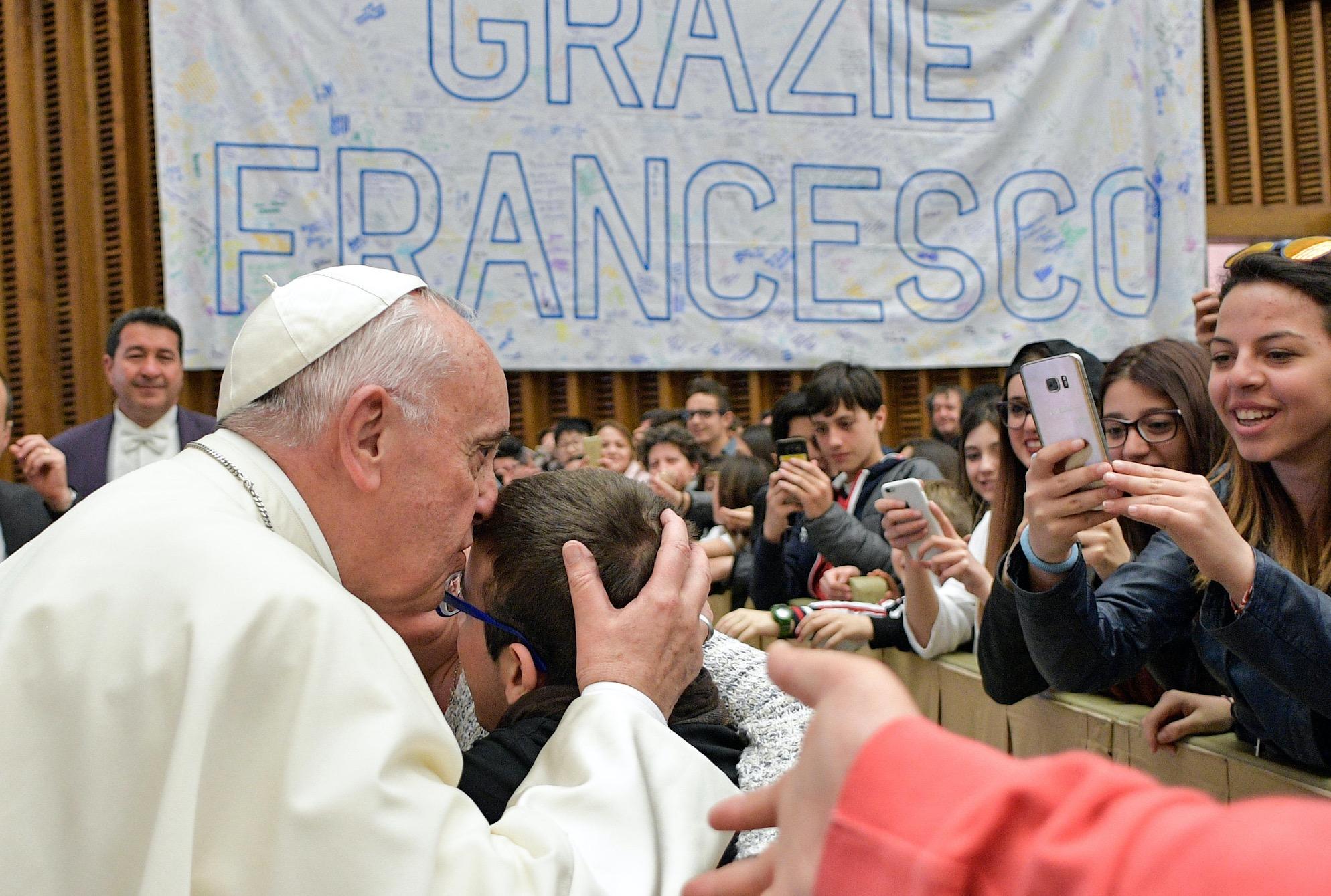 El Papa saluda a los jóvenes de las Escuelas por la Paz (Osservatore © Romano)