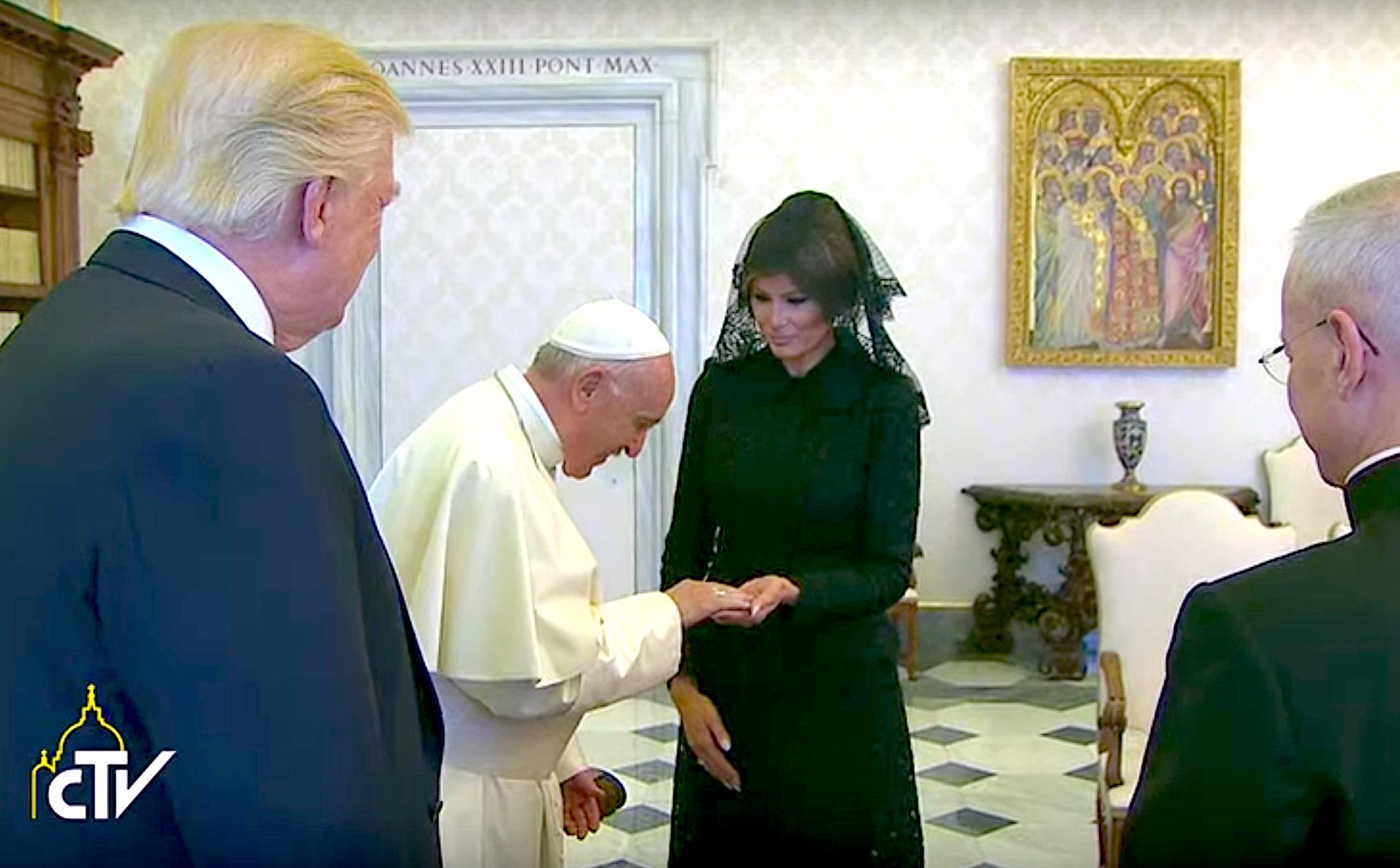 El papa bendice el Rosario de Melisa