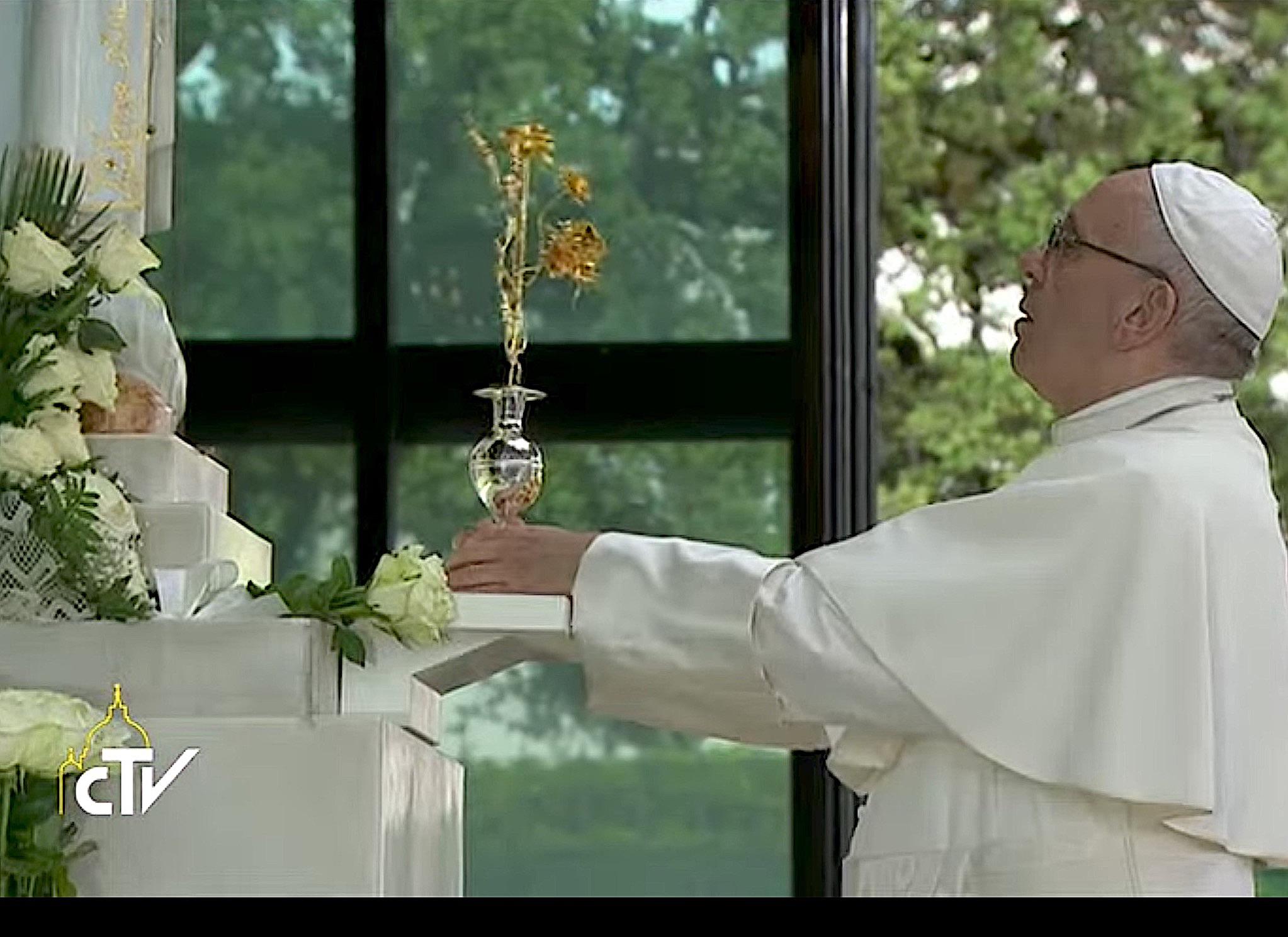 El Papa pone una rosa de oro a los pies de María