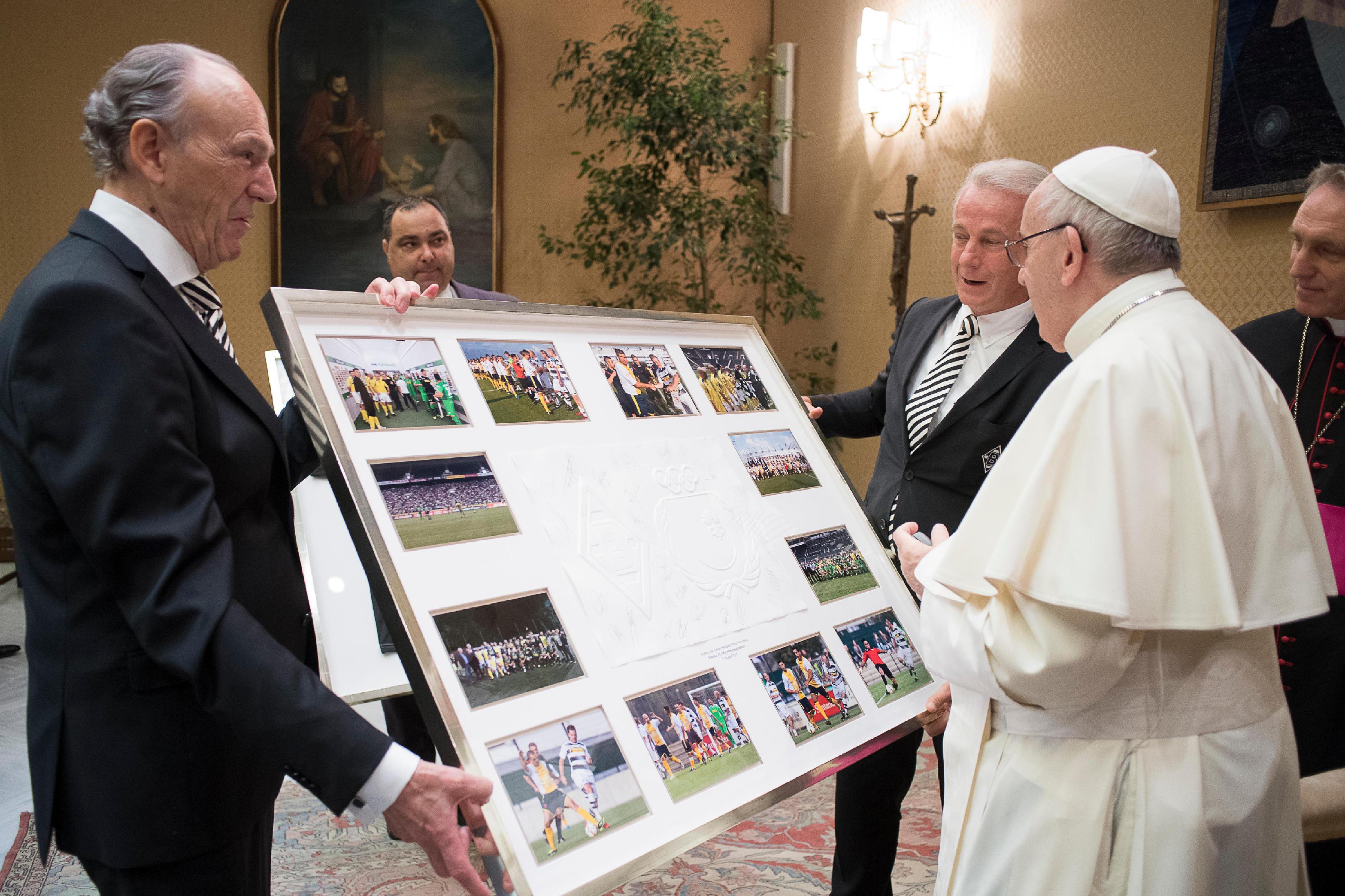 """El Papa Francisco con los dirigentes del equipo de fútbol """"Borussia Mönchengladbach"""" © L´Osservatore Romano"""