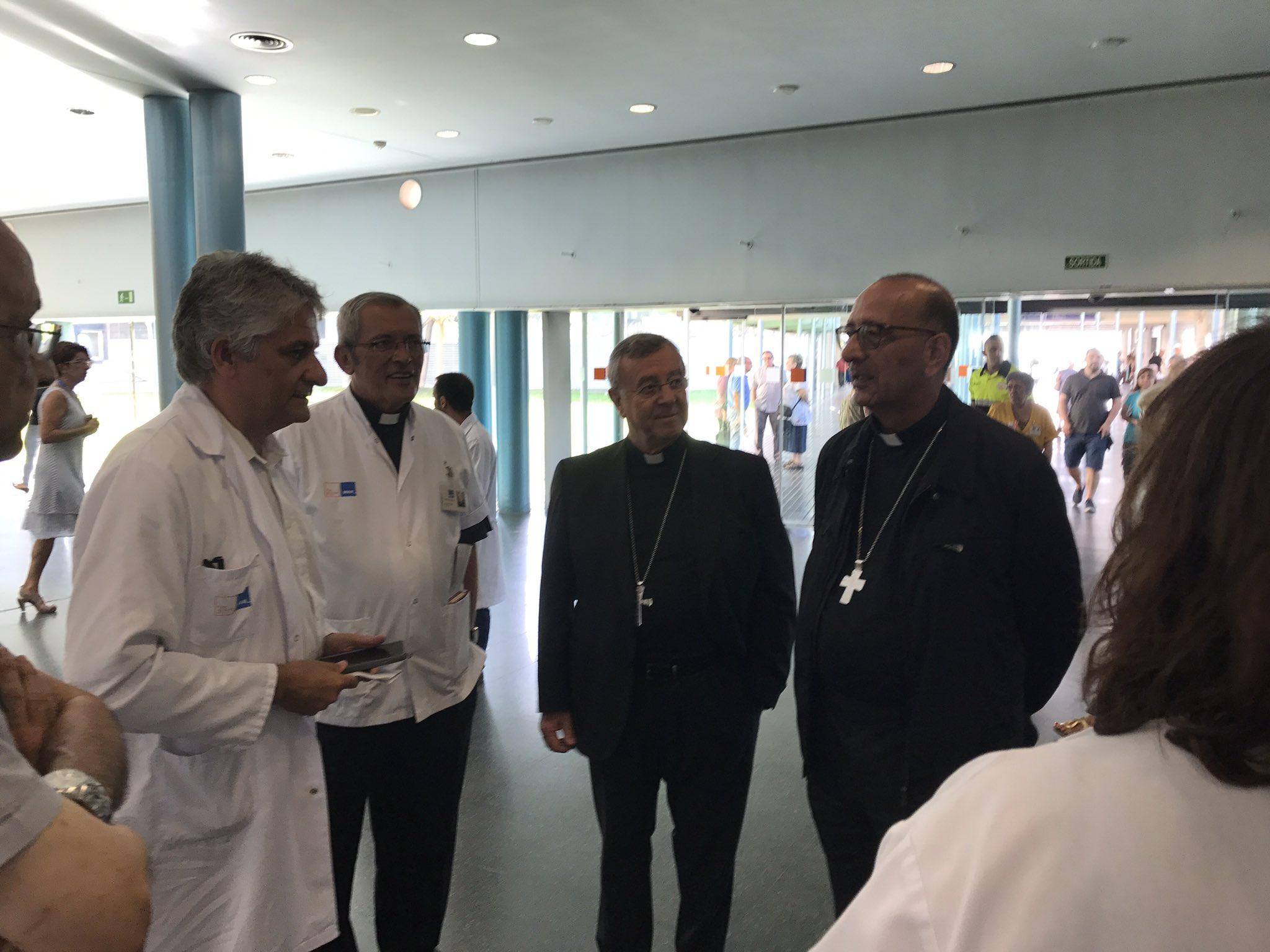 El Card. Omella y Mons. Taltavull visitan a las víctimas en el Hospital del Mar, Barcelona © Arzobispado de Barcelona
